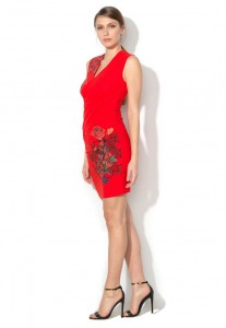 рокля със застъпено деколте